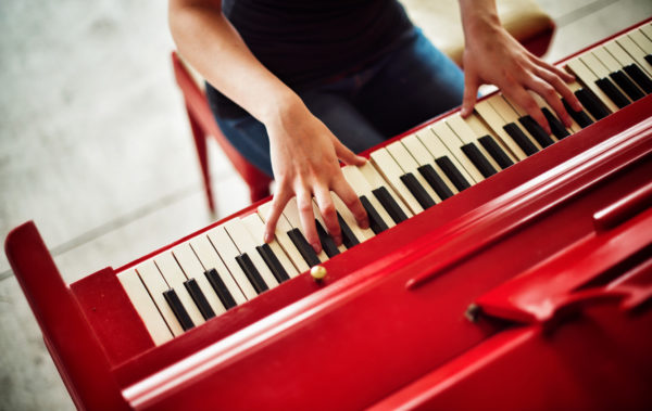 The street piano found near the steps of Geilser Library